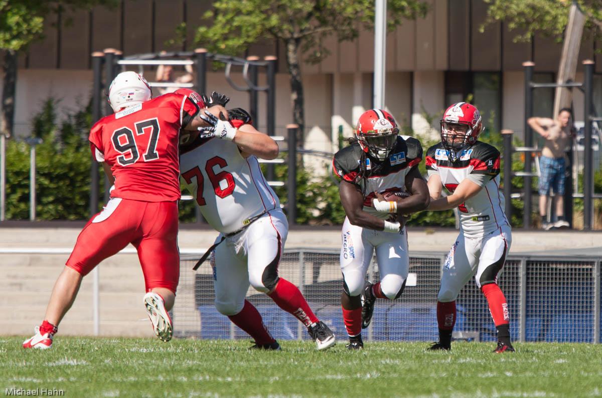 Marburgs Quarterback Bastian Berghaus (re) übergibt Andrecus Lindeley den Ball (Foto: Michael Hahn)