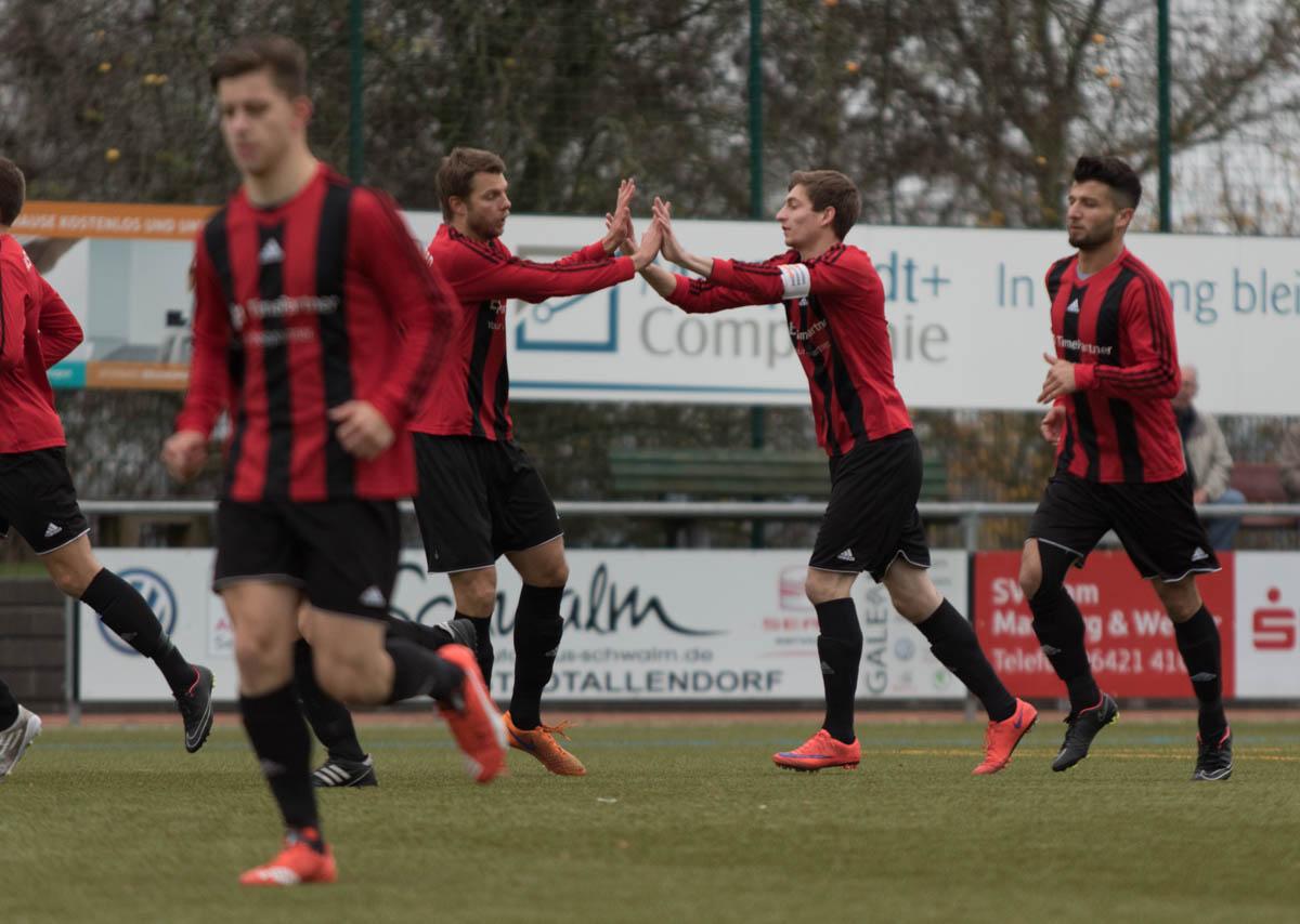 Dietkirchen Maximilian Zuckrigl (mi, mit Binde) nach erzielten 0:1 durch FEM (Foto: Michael Hahn)