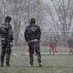 Betreuer Südkreis beobachten Aufwärmen im Schneefall (Foto: Michael Hahn)