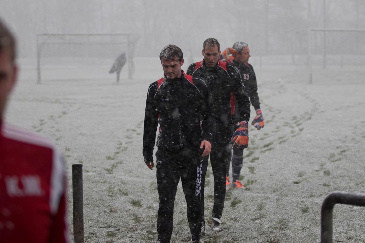 Mannschaft Buchenau bricht aufwärmen ab verlässt den (Foto: Michael Hahn)