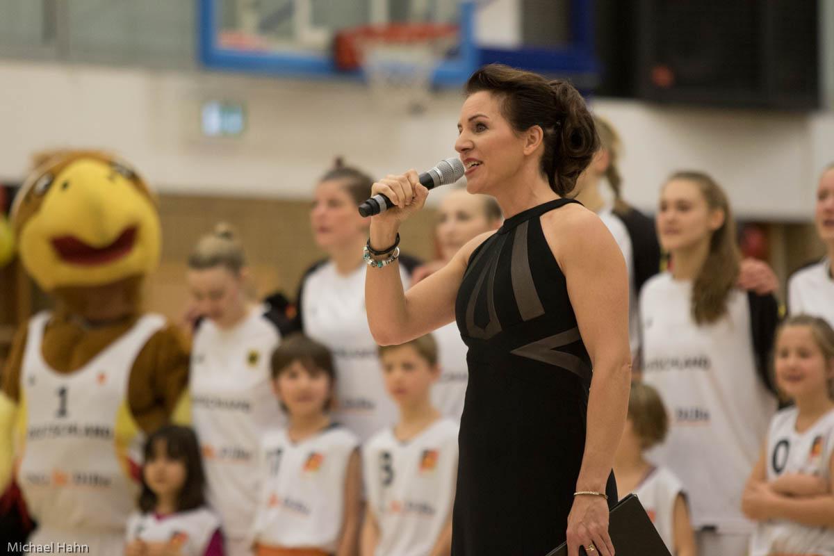 Singen der Nationalhymne  (Foto: Michael Hahn)