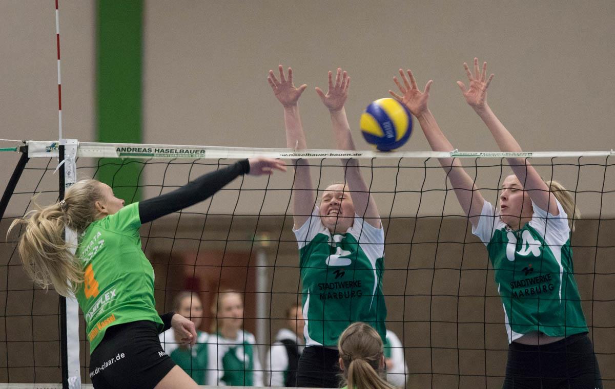 Alexandra Schwindt (Kassel, li) gegen Jelda Efken (Wetter, mi) und Hanna Wecker