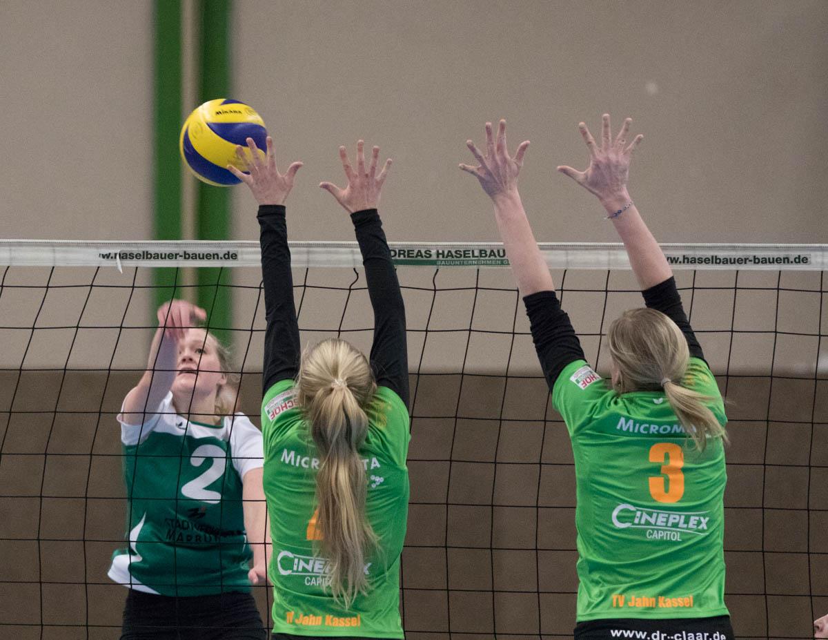 Jelda Efken (Wetter, li) gegen Alexandra Schwindt (Kassel, mi) und Silke Lippik