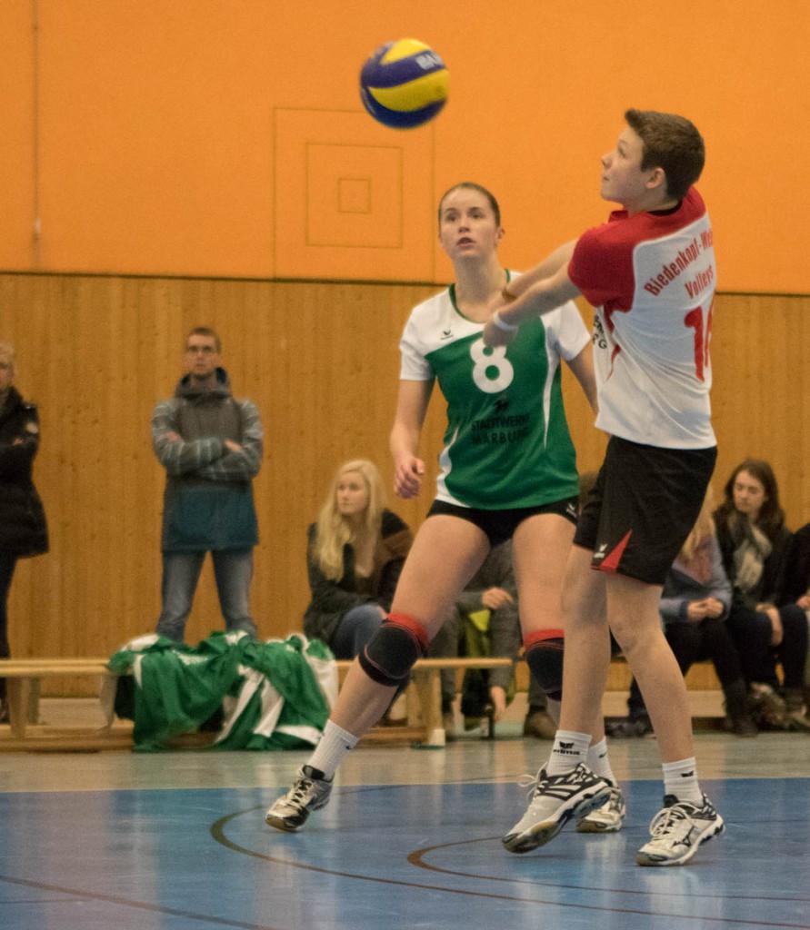 Lea Fischbach (Wetter, mi) und Mayla Autzen in der Verteidigung